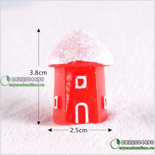 Nhà đỏ mái tuyết trắng trang trí giáng sinh