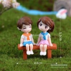 Cặp đôi ngồi ghế